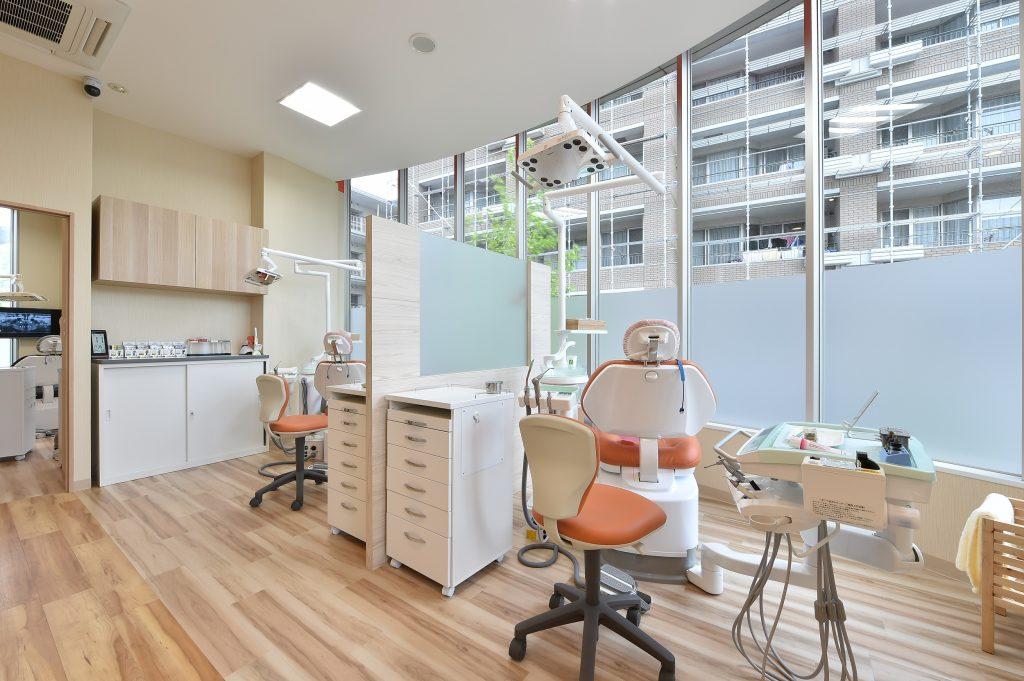 診療室は木目調の優しい雰囲気と全面窓ガラスであり、非常にリラックスできるようになっております。